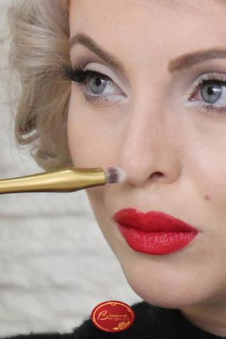 Woman-applying-Marylin-Monroe-style-makeup