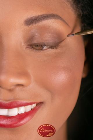 Black-woman-applying-eyeliner-with-Bésame-brush