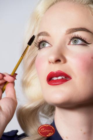 Blond-Woman-Applying-Bésame-Cake-Mascara